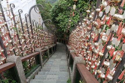 欄杆上掛滿了大家的祈福