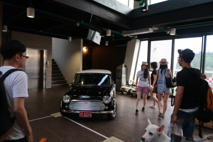 大廳正中央有一台可愛的Mini Cooper (?)