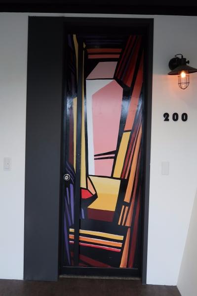 我們住在200號,門的造型有Picasso風格