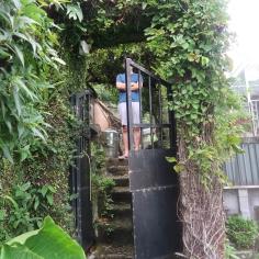 民宿就在鐵門之後